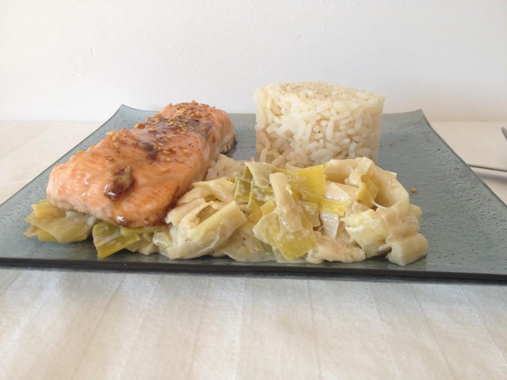 Saumon laqué au sirop d'érable et fondue de poireaux