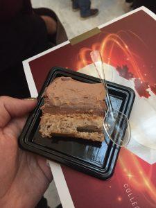 Bûche LAC - Miss Léa - Biscuit dacquois, streusel chocolat, crème pralinée et caramel mou